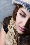 Retrato de una muchacha con una bufanda. Fotografía de archivo