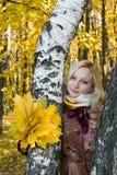 Retrato de una muchacha con una hoja de arce Fotos de archivo libres de regalías