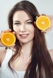 Retrato de una muchacha con una naranja Fotos de archivo libres de regalías
