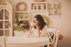 Retrato de una muchacha con una taza de té Fotografía de archivo libre de regalías