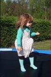 Retrato de una muchacha de dos años fotos de archivo
