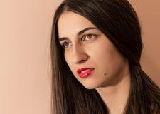 Retrato de una muchacha con los labios rojos Imagenes de archivo