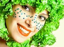 Retrato de una muchacha de la belleza con la ensalada en una pista Foto de archivo