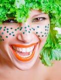 Retrato de una muchacha de la belleza con la ensalada en una pista Fotografía de archivo