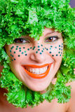 Retrato de una muchacha de la belleza con la ensalada en una pista Fotos de archivo libres de regalías