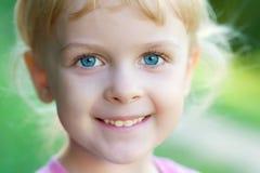 Retrato de una muchacha de la sonrisa Foto de archivo