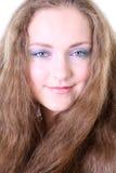 Retrato de una muchacha de ojos azules con el pelo largo Imagen de archivo libre de regalías