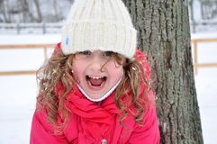 Retrato de una muchacha de risa, invierno Imagen de archivo