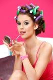 Retrato de una muchacha del adolescente que aplica el lápiz labial Fotografía de archivo