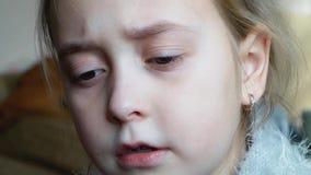 Retrato de una muchacha del adolescente que es triste y griterío almacen de video