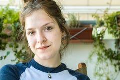 Retrato de una muchacha del adolescente sin maquillaje, confiado Imagen de archivo libre de regalías