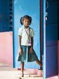 Retrato de una muchacha del niño con la expresión triste Concepto de la pobreza de la soledad fotos de archivo