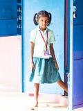 Retrato de una muchacha del niño con la expresión triste Concepto de la pobreza de la soledad imagen de archivo