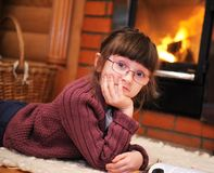 Retrato de una muchacha del niño delante de la chimenea Imagen de archivo