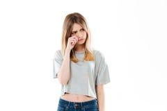 Retrato de una muchacha del trastorno que llora y que mira lejos Fotos de archivo