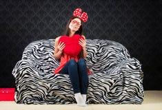 Retrato de una muchacha divertida con un amortiguador del corazón Fotos de archivo