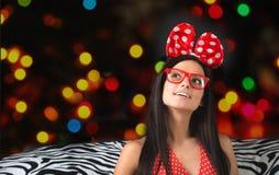 Retrato de una muchacha divertida con una diadema para el pelo grande imágenes de archivo libres de regalías