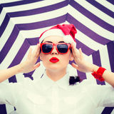 Retrato de una muchacha divertida en el sombrero de Santa Claus Imágenes de archivo libres de regalías