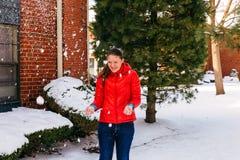 Retrato de una muchacha divertida en un paseo en el invierno Adolescente al aire libre Imagen de archivo libre de regalías
