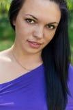 Retrato de una muchacha dulce hermosa con las pecas y el pelo negro largo con la piel bronceada Fotos de archivo