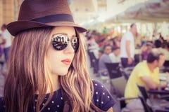 Retrato de una muchacha elegante en un sombrero y gafas de sol Fotografía de archivo
