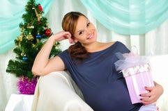 Retrato de una muchacha embarazada joven Imagen de archivo libre de regalías