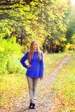 Retrato de una muchacha en bosque del otoño Fotos de archivo