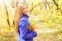 Retrato de una muchacha en bosque del otoño Foto de archivo libre de regalías