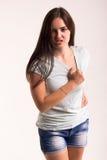 Retrato de una muchacha en una camiseta blanca Imágenes de archivo libres de regalías