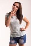 Retrato de una muchacha en una camiseta blanca Fotos de archivo libres de regalías