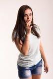 Retrato de una muchacha en una camiseta blanca Imagenes de archivo