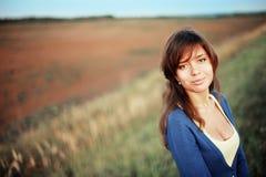 Retrato de una muchacha en campo el día soleado imagen de archivo libre de regalías