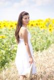 Retrato de una muchacha en cropland Imagen de archivo libre de regalías
