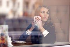 Retrato de una muchacha en el café para glas Imagen de archivo