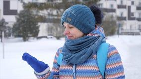 Retrato de una muchacha en la helada durante nevadas almacen de metraje de vídeo