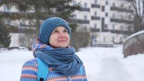 Retrato de una muchacha en la helada durante nevadas almacen de video