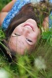 Retrato de una muchacha en la hierba Fotos de archivo