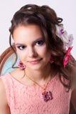 Retrato de una muchacha en la imagen de la primavera con maquillaje y la Florida púrpuras Fotos de archivo libres de regalías