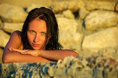 Retrato de una muchacha en la playa, concepto de las vacaciones Imágenes de archivo libres de regalías