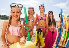 Retrato de una muchacha en la playa entre muchos amigos Imagen de archivo libre de regalías
