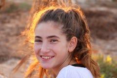 Retrato de una muchacha en la puesta del sol imagenes de archivo