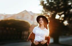 Retrato de una muchacha en la salida del sol fotografía de archivo