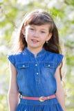 Retrato de una muchacha en manzano floreciente Imagen de archivo libre de regalías