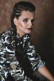 Retrato de una muchacha en ropa del camuflaje Fotos de archivo libres de regalías