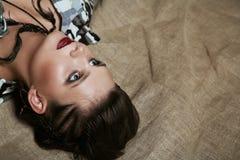 Retrato de una muchacha en ropa del camuflaje Fotos de archivo