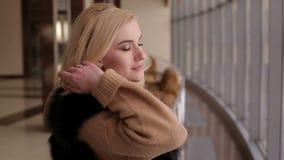 Retrato de una muchacha en un abrigo de pieles en el aeropuerto almacen de video