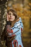 Retrato de una muchacha en un bosque cerca de un árbol de abedul Fotografía de archivo