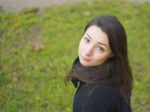 Retrato de una muchacha en un césped verde Imagenes de archivo