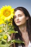 Retrato de una muchacha en un campo del girasol Fotos de archivo libres de regalías