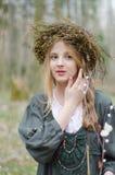 Retrato de una muchacha en un estilo medieval popular con un anillo Imagen de archivo libre de regalías